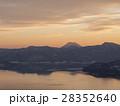 湖畔の夕暮れ(日没後、オレンジ色の空) 28352640