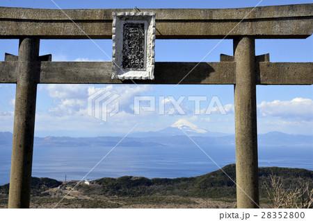 見原神社鳥居と富士山 28352800