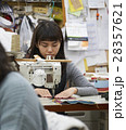 帆布製品を作る女性 28357621