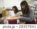 帆布製品を作る女性 28357641