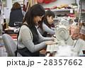 帆布製品を作る女性 28357662