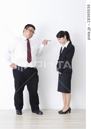 スーツを着た男性 28360036