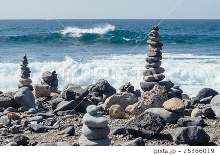 cairn against ocean waveの写真素材 28366019 pixta