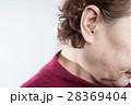 補聴器をするシニア女性 28369404