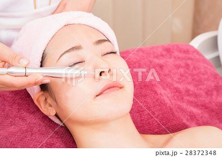 顔 毛穴吸引 美容機器 機械 フェイシャルエステ エステ 女性 リラックス ビューティーイメージ 28372348