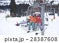 スキー場 リフトに乗るカップル 28387608