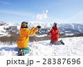 雪遊びをするカップル 28387696