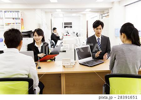 打ち合わせ 接客 プランナー コンサルタント パソコン 女性 男性 ビジネス オフィス ビジネスマン 28391651