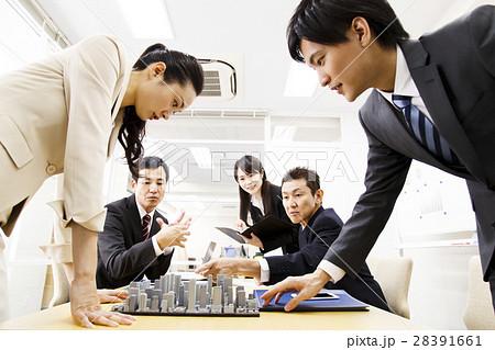 不動産 会議 プレゼン 打ち合わせ 都市開発 建築 建設 チーム ビジネス オフィス ビジネスマン 28391661