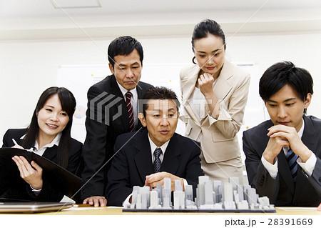不動産 会議 プレゼン 打ち合わせ 都市開発 建築 建設 チーム ビジネス オフィス ビジネスマン 28391669