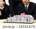 不動産 会議 プレゼン 打ち合わせ 都市開発 建築 建設 チーム ビジネス オフィス ビジネスマン 28391670