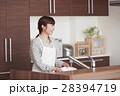 キッチンに立ちお皿を洗う女性 28394719