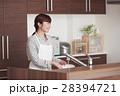 キッチンに立ちお皿を洗う女性 28394721