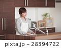 キッチンに立ちお皿を洗う女性 28394722