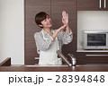 キッチンに立ち水仕事をする女性 28394848