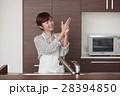 キッチンに立ち水仕事をする女性 28394850