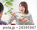 女性 朝ごはん 食べるの写真 28395947