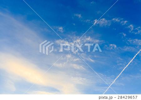 青空と飛行機雲 28429657
