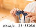 編み物をする女性 28455030