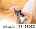 編み物をする女性 28455033