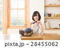 編み物をする女性 28455062