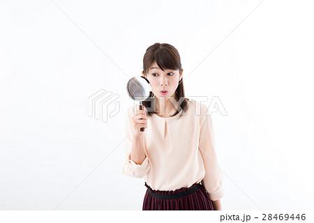 若い女性、虫眼鏡、驚き 28469446