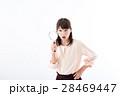 若い女性、虫眼鏡、驚き 28469447