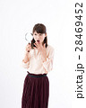 虫眼鏡 若い 女性の写真 28469452