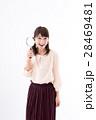 虫眼鏡 若い 女性の写真 28469481