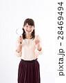 若い女性、虫眼鏡、笑顔 28469494