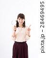若い女性、虫眼鏡、笑顔 28469495