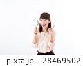 若い女性、虫眼鏡、笑顔 28469502