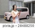 軽自動車と若い女性 28488250