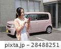 軽自動車と若い女性 28488251