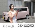 軽自動車と若い女性 28488252