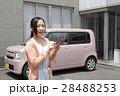 軽自動車と若い女性 28488253