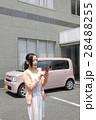 軽自動車と若い女性 28488255