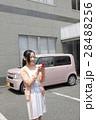 軽自動車と若い女性 28488256