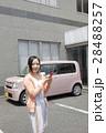 軽自動車と若い女性 28488257