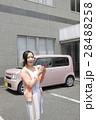 軽自動車と若い女性 28488258