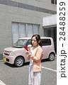 軽自動車と若い女性 28488259