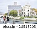 広島平和記念公園 原爆ドーム 観光 女性 28513203
