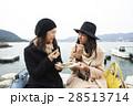 宮島 旅行 焼き牡蠣を食べる女性 28513714