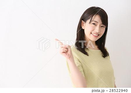 指差し 女性 28522940