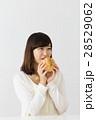 お菓子と若い女性 28529062