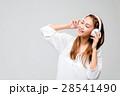 ワイヤレスヘッドホンで音楽を聴く女の子 28541490