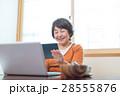 タブレットを使うシニア女性 28555876
