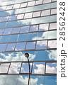 ビルの窓に映る雲 28562428