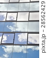 ビルの窓に映る雲 28562429