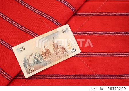 ケニアの紙幣(裏)とマサイ族のブランケットの写真素材 [28575260] - PIXTA